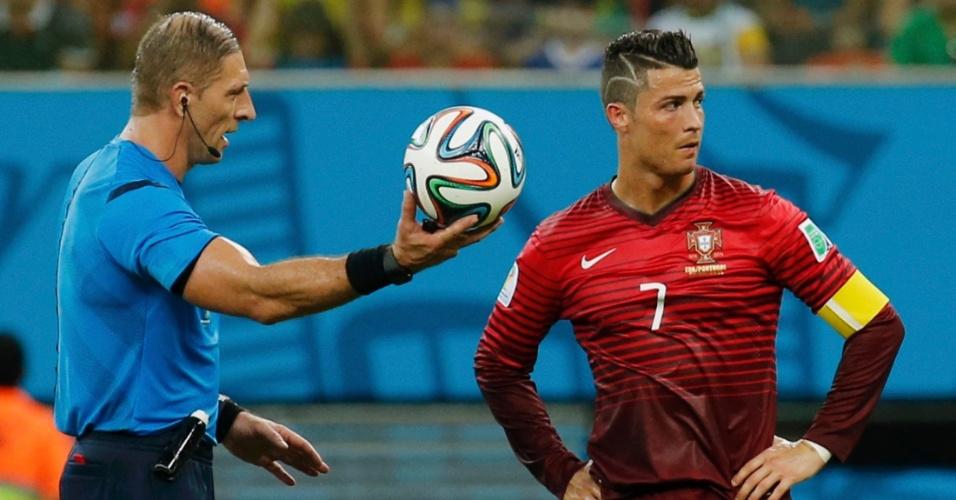 Cristiano Ronaldo, de Portugal, coloca a mão na cintura enquanto o árbitro Nestor Pittana segura a bola do jogo