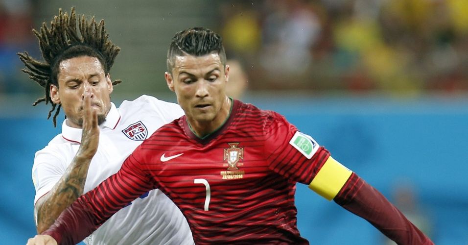 Cristiano Ronaldo, de Portugal, é marcado de perto por Jermaine Jones, dos Estados Unidos