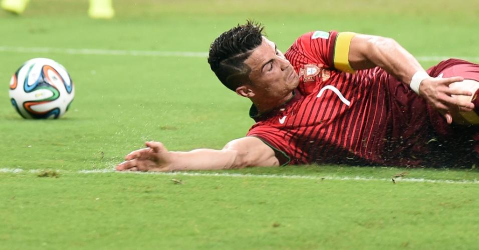 Cristiano Ronaldo, de Portugal, fica caído no gramado da Arena Amazônia