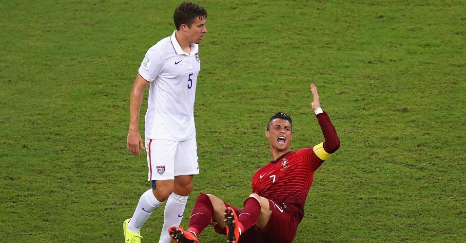 Cristiano Ronaldo, de Portugal, reclama caído no gramado ao lado de Matt Besler, dos Estados Unidos