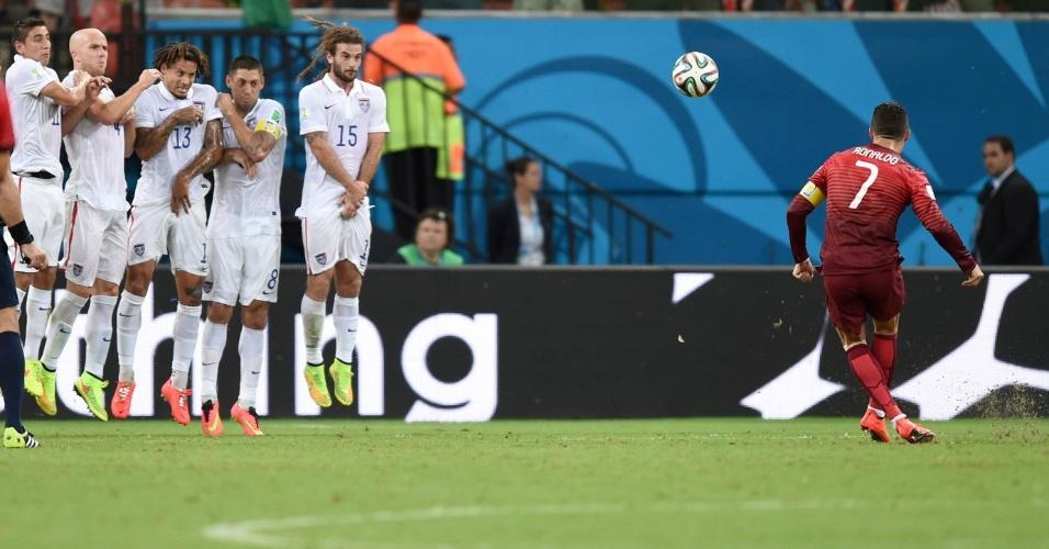 Cristiano Ronaldo, de Portugal, tenta o gol em cobrança de falta