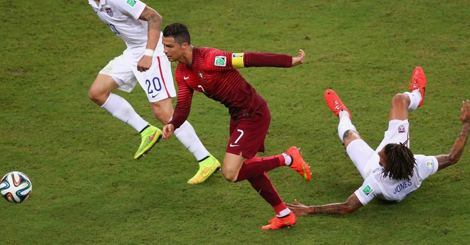 Cristiano Ronaldo deixa Jermaine Jones no chão durante jogo entre Portugal e Estados Unidos