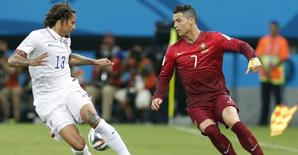 Cristiano Ronaldo, destaque de Portugal, tenta escapar da marcação norte-americana
