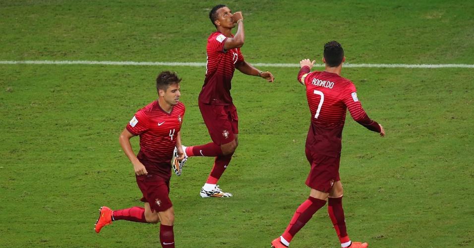Cristiano Ronaldo (dir.) estica o braço para cumprimentar Nani (centro) após gol de Portugal sobre os Estados Unidos