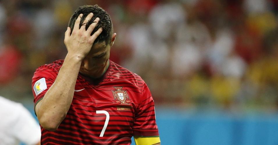 Cristiano Ronaldo se lamenta após perder chance de gol para Portugal