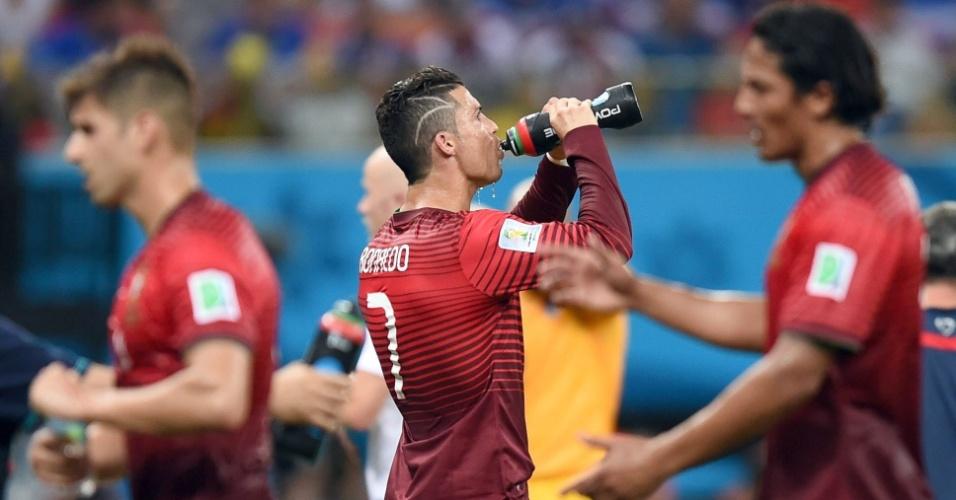Cristiano Ronaldo se refresca durante o primeiro tempo do jogo entre Portugal e Estados Unidos