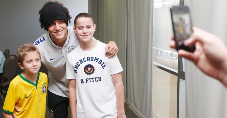 David Luiz e outros jogadores receberam a visita de familiares e amigos em uma área reservada fora do hotel em que a equipe está concentrada
