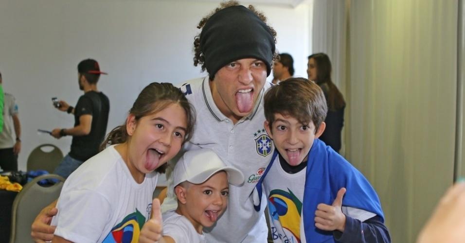 David Luiz tira foto com familiares e amigos em uma área reservada fora do hotel em que a equipe está concentrada em Brasília, para o jogo contra Camarões