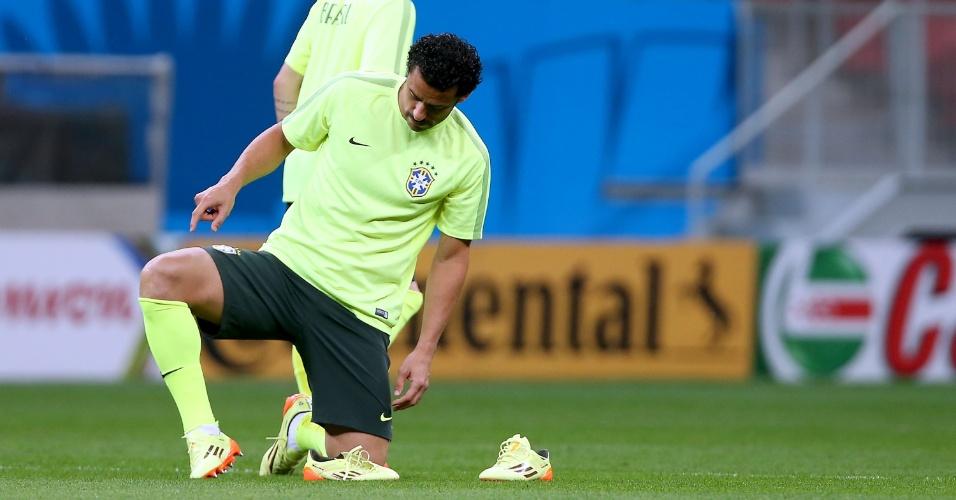 De bigoede, Fred ajeita chuteira para início de treino no Mané Garrincha