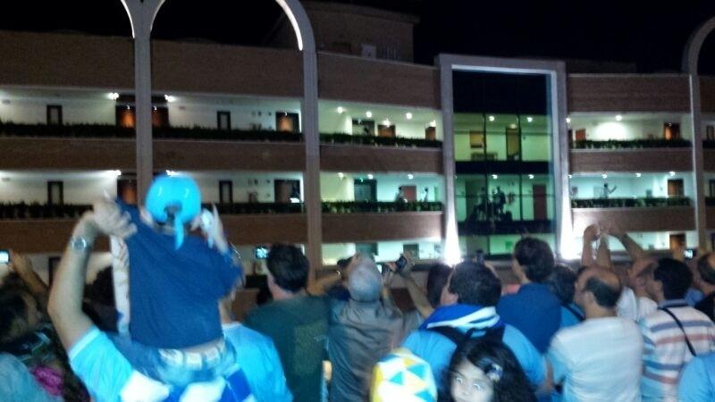 Delegação do Uruguai chega a Natal sob aplausos e cantos dos torcedores