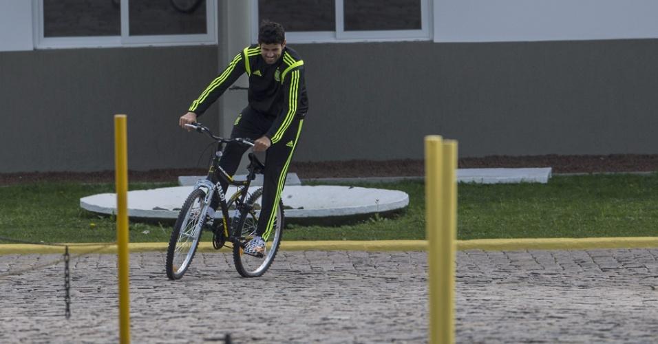 Diego Costa, assim como outros jogadores da Espanha, usa bicicleta para se locomover no CT do Caju, em Curitiba