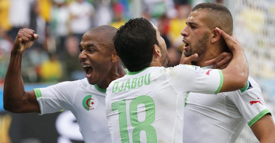 22.jun.2014 - Djabou comemora com Islam Slimani, que abriu o placar para a Argélia contra a Coreia do Sul