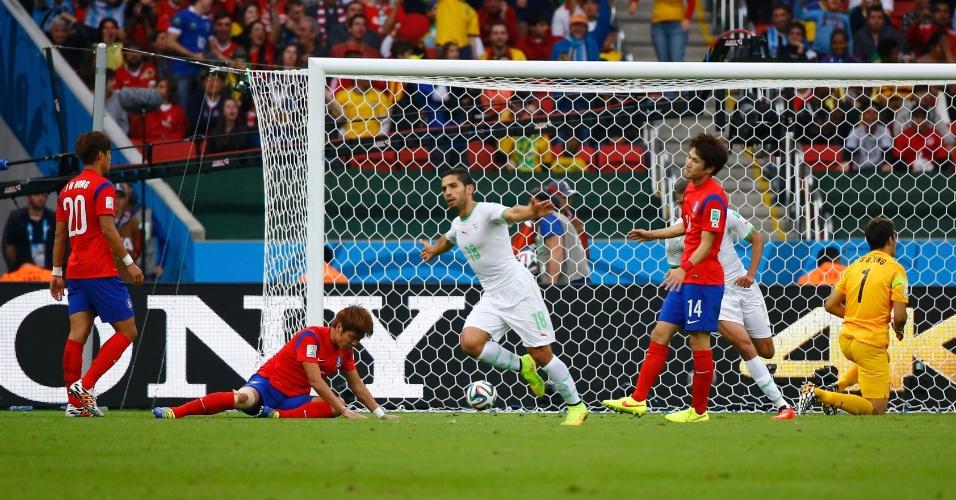 22.jun.2014 - Djabou sai para comemorar após marcar o terceiro gol da Argélia contra a Coreia do Sul