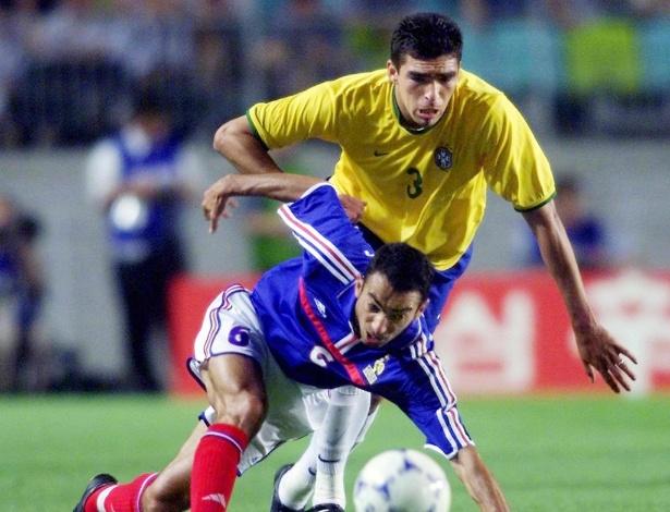 Djorkaeff disputa bola com o zagueiro Lúcio