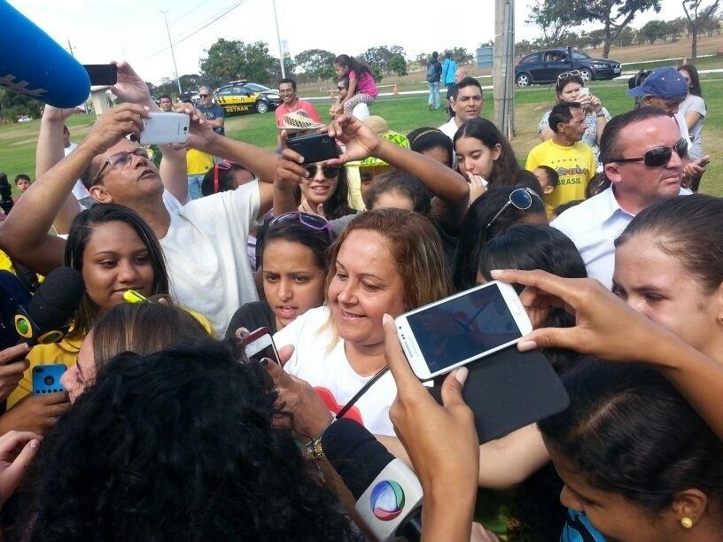 Dona Regina, mãe de David Luiz, é tietada por torcedores no hotel da seleção