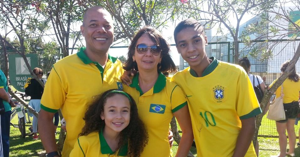 Eldar e Nadia Andrade levam os filhos Mateus e Manoela para a porta do Brasília Palace Hotel, onde a seleção está hospedada na capital. Manoela, fã de David Luiz, diz que quer ver o zagueiro por ter o cabelo parecido