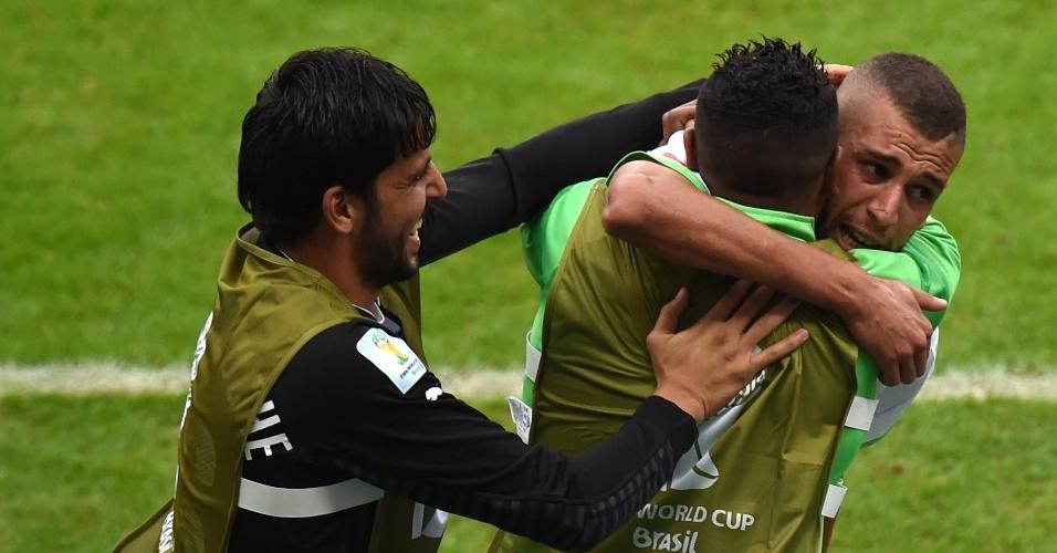 22.jun.2014 - Emocionado, Islam Slimani, da Argélia, comemora o primeiro gol da vitória sobre a Coreia do Sul por 4 a 2