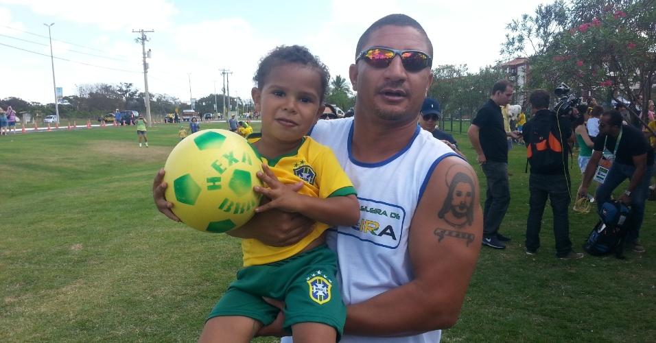 Fanático pelo Botafogo, Jonatas Araujo posa com o filho na frente do hotel da seleção em Brasília. Ele diz que não viria pela seleção, mas trouxe as crianças e passou o tempo batendo bola no gramado onde todos esperavam um aceno dos atletas.