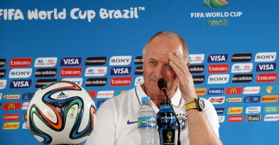 Felipão conversa com jornalistas após treinamento do Brasil, no estádio Mané Garrincha
