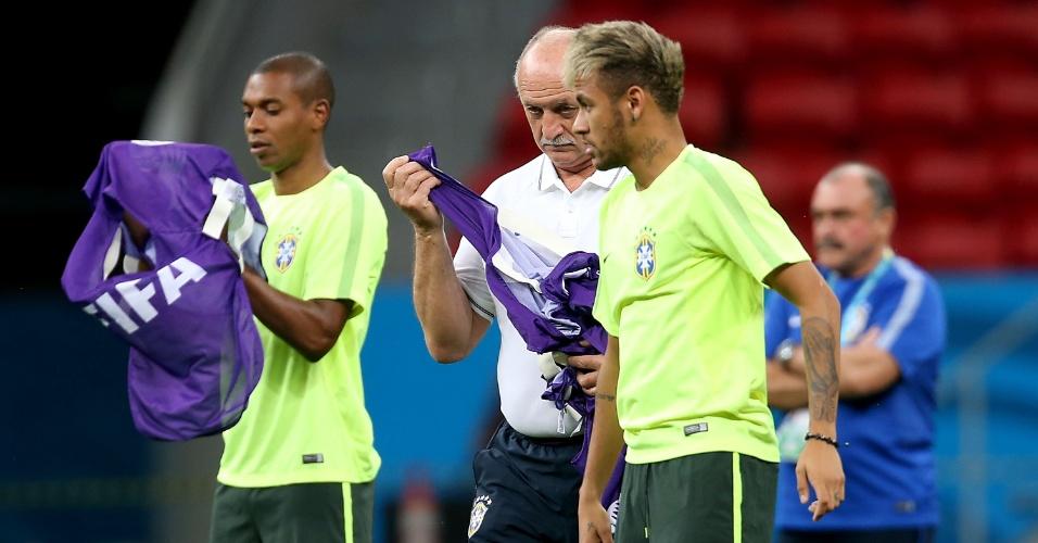 Felipão distribui coletes para jogadores da seleção antes de treinamento no Mané Garrincha, palco de Brasil x Camarões nesta segunda-feira