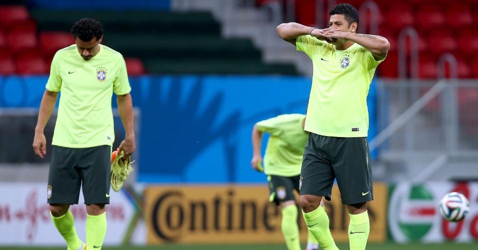 Fred e Hulk no estádio Mané Garrincha, onde Brasil enfrenta Camarões nesta segunda