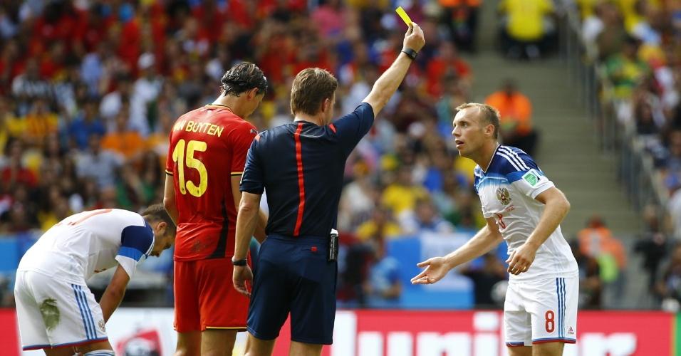 Glushakov recebe o cartão amarelo após cometer falta em Mertens em partida entre Bélgica e Rússia