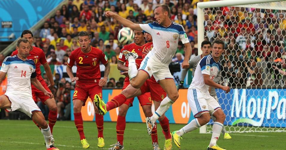 Glushakov tenta o domínio de bola na área na Bélgica