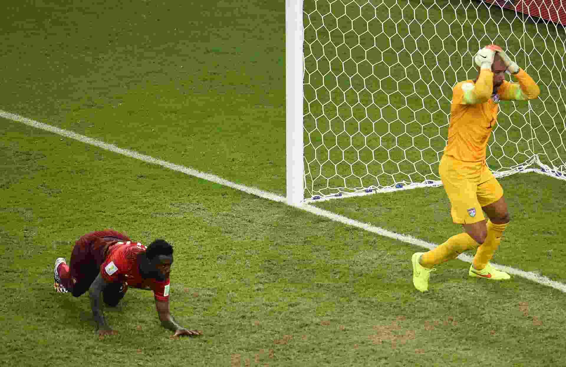 Goleiro dos Estados Unidos, Tim Howard coloca a mão na cabeça após Portugal empatar a partida no último minuto de jogo - undefined