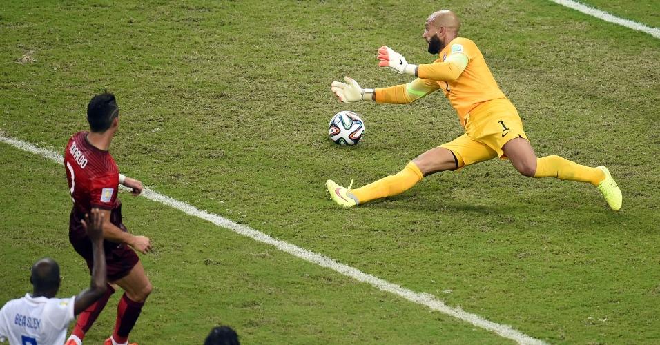 Goleiro dos Estados Unidos, Tim Howard tenta a defesa após finalização de Cristiano Ronaldo, de Portugal