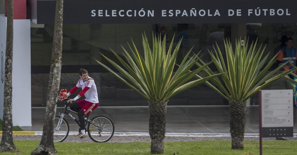 Goleiro Iker Casillas, assim como outros jogadores da Espanha, usa bicicleta para se locomover no CT do Caju, em Curitiba