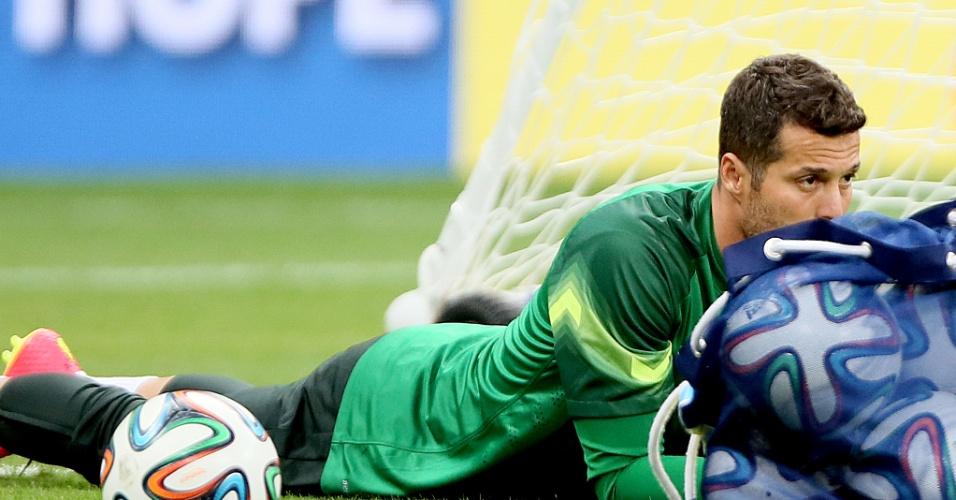 Goleiro Júlio César parece mergulhar entre as bolas utilizadas no treino da seleção brasileira