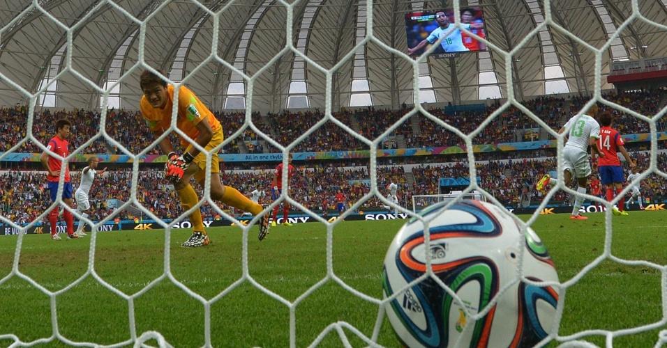 22.jun.2014 - Goleiro Jung Sung-Ryong só observa a bola no fundo da rede após a Argélia marcar na vitória por 4 a 2 no Beira-Rio