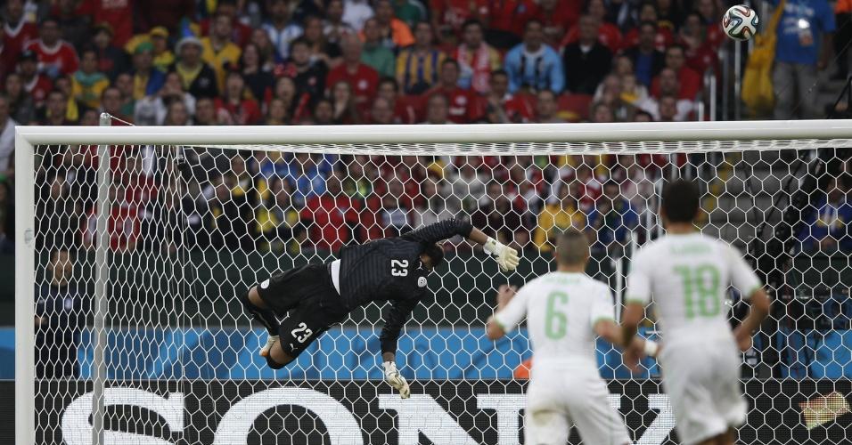 22.jun.2014 - Goleiro Rais Mbohli, da Argélia, voa para salvar sua seleção de levar o terceiro gol da Coreia do Sul na vitória por 4 a 2