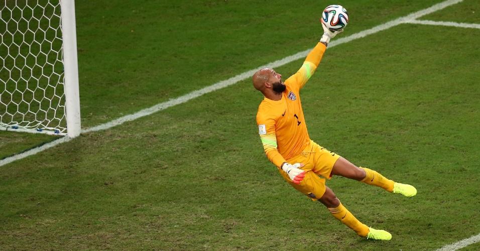 Goleiro Tim Howard faz defesa e salva os Estados Unidos de sofrer o segundo gol de Portugal