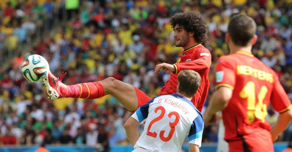 Grandalhão da Bélgica, Fellaini domina bola durante jogo contra a Rússia
