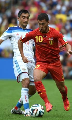 Hazard conduz bola enquanto é marcado de perto por Samedov durante partida entre Bélgica e Rússia