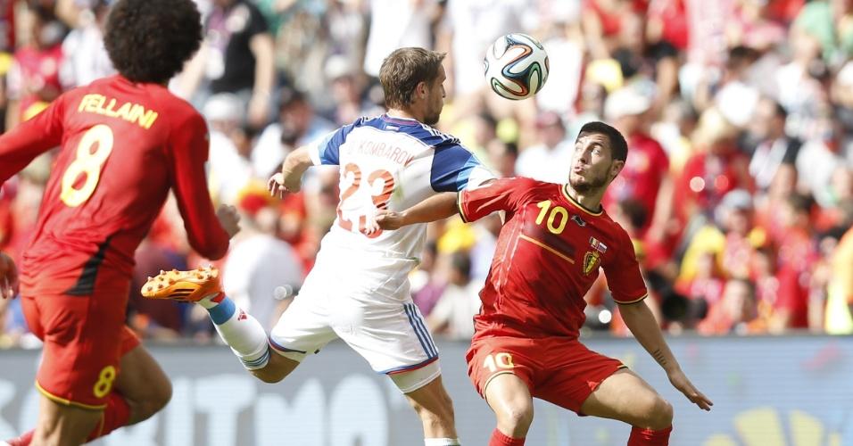 Hazard e Kombarov brigam pela bola durante Bélgica e Rússia no Maracanã