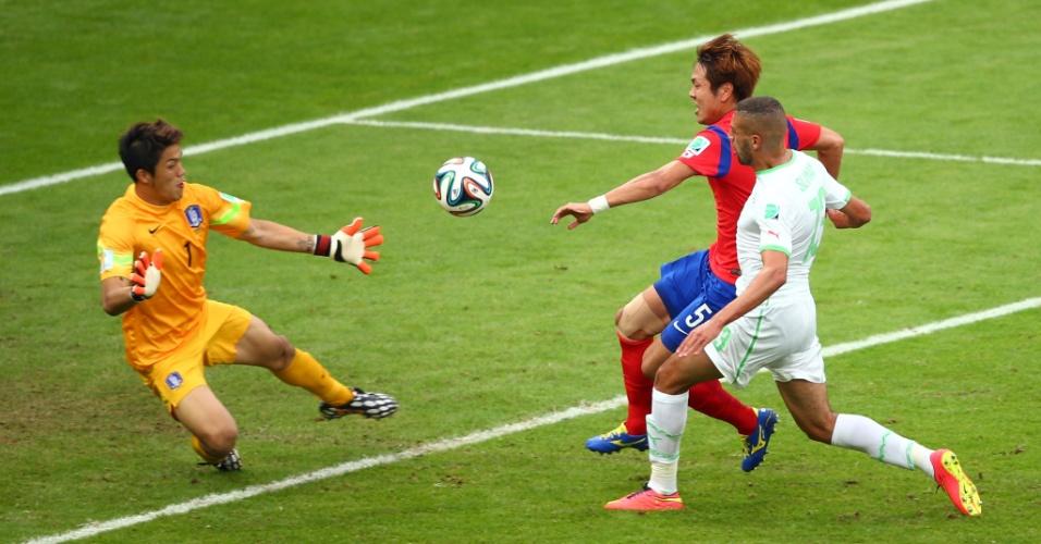 22.jun.2014 - Islam Slimani, da Argélia, ganha da marcação sul-coreana e coloca sua seleção na frente do placar