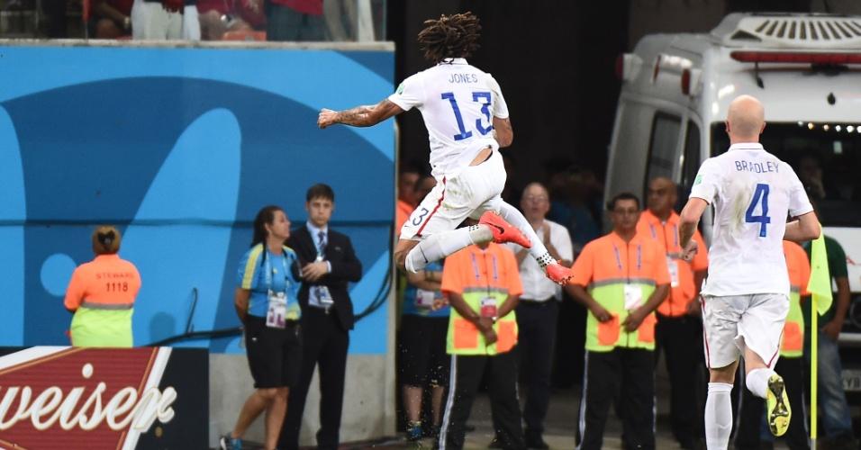 Jermaine Jones salta para comemorar o gol de empate dos Estados Unidos contra Portugal