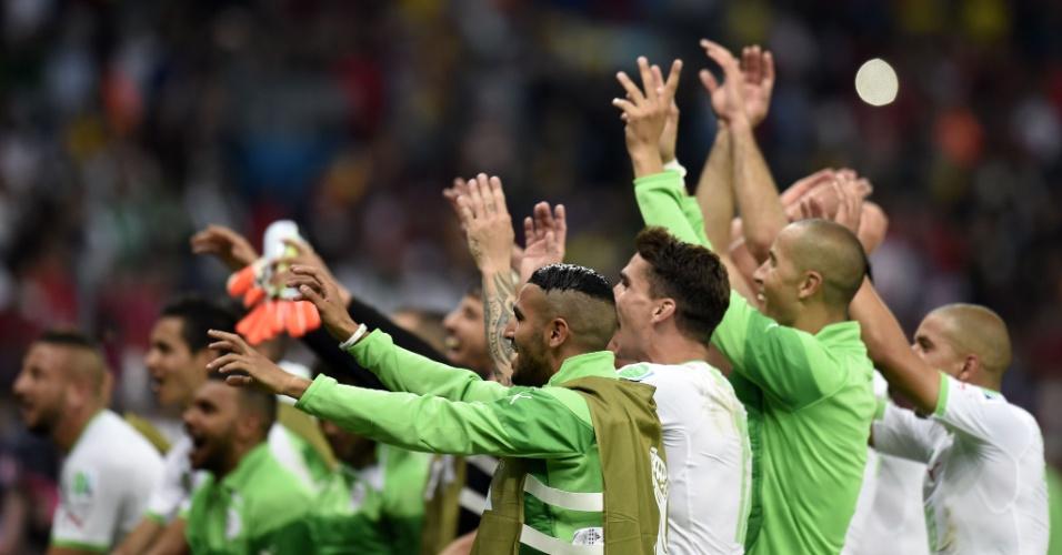 22.jun.2014 - Jogadores da Argélia comemoram com a torcida a vitória sobre a Coreia do Sul por 4 a 2, no Beira-Rio