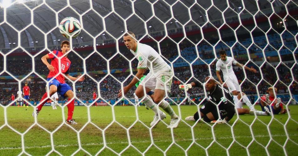 22.jun.2014 - Jogadores da Argélia observam a bola morrer no fundo da rede após finalização do sul-coreano Koo Ja-Cheol