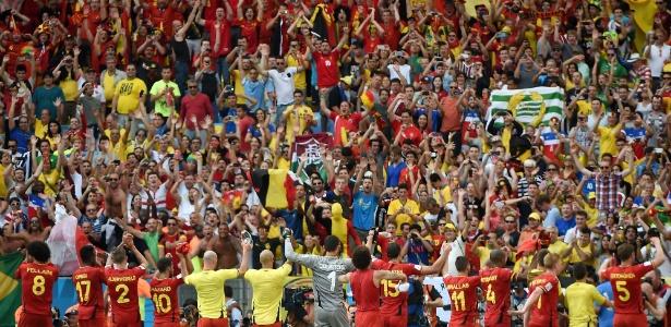 Jogadores da Bélgica celembram com seus torcedores a classifcação para as quartas