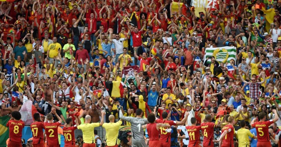 Jogadores da Bélgica comemoram em frente a torcida após venceram a Rússia no Maracanã