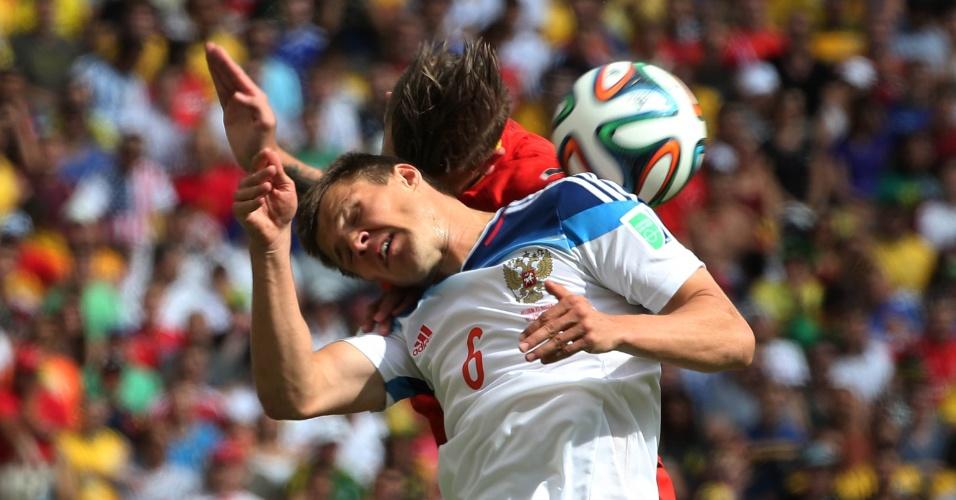 Jogadores de Bélgica e Rússia disputam bola pelo alto