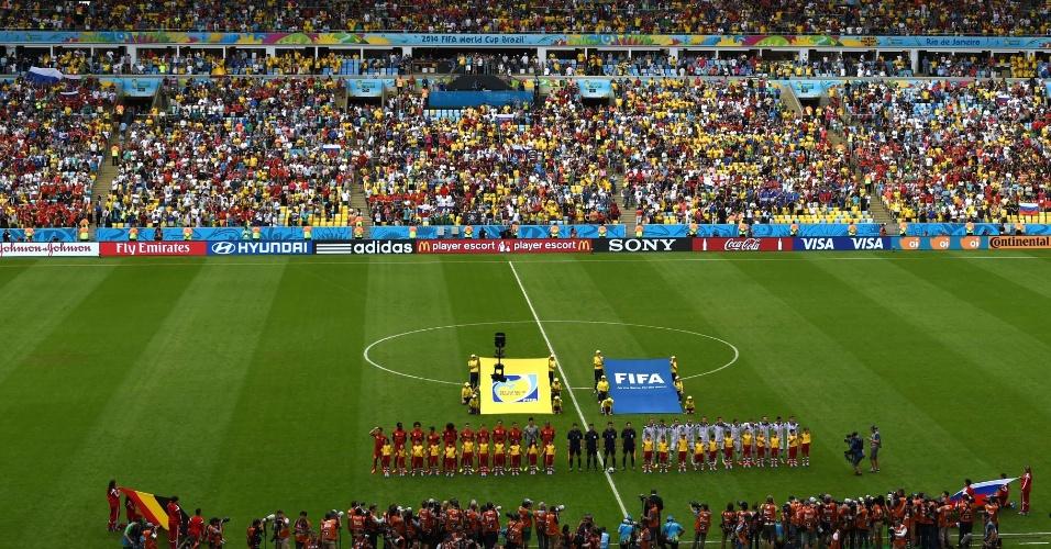 Jogadores de Bélgica e Rússia ficam perfilados para a execução dos hinos nacionais das equipes