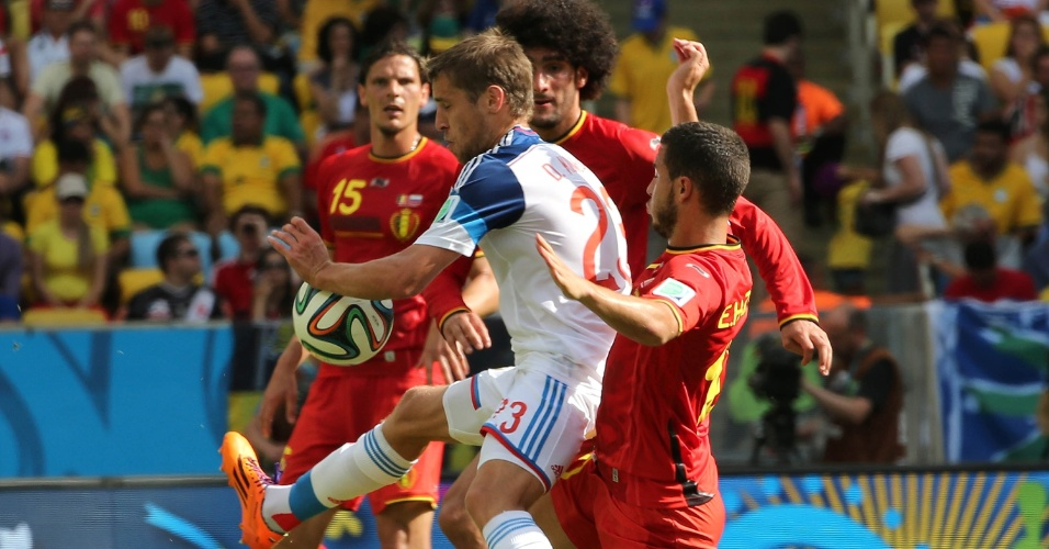 Jogadores de Bélgica e Rússia protagonizam forte disputa de bola no Maracanã