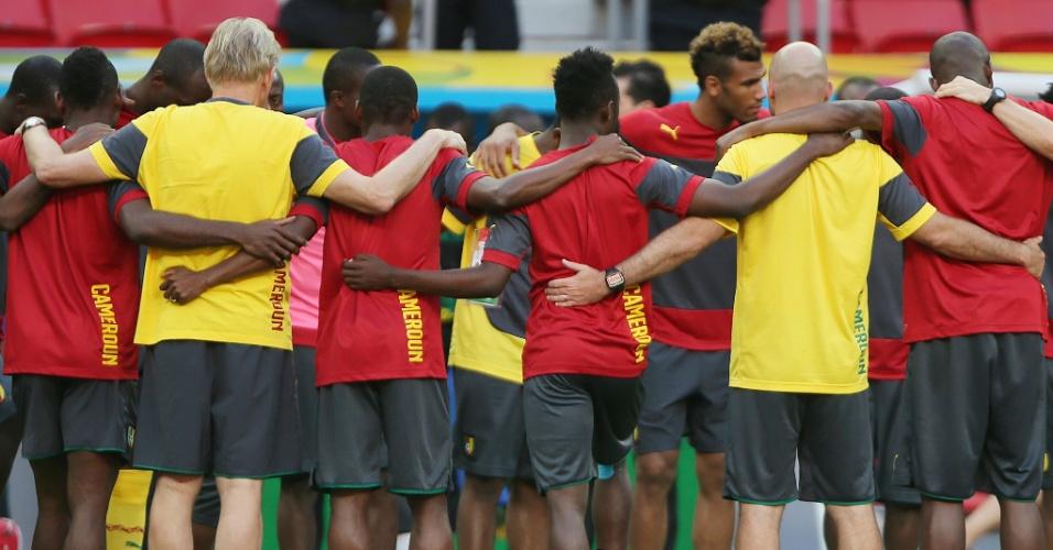 Jogadores de Camarões se abraçam em treino da equipe em Brasília, um dia antes do duelo com a seleção de Felipão