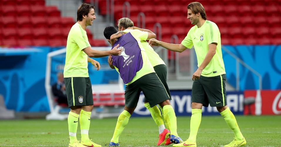 Jogadores do Brasil brincam no Mané Garrincha antes do início do treinamento