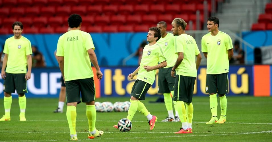 Jogadores do Brasil se preparam para treino no estádio Mané Garrincha