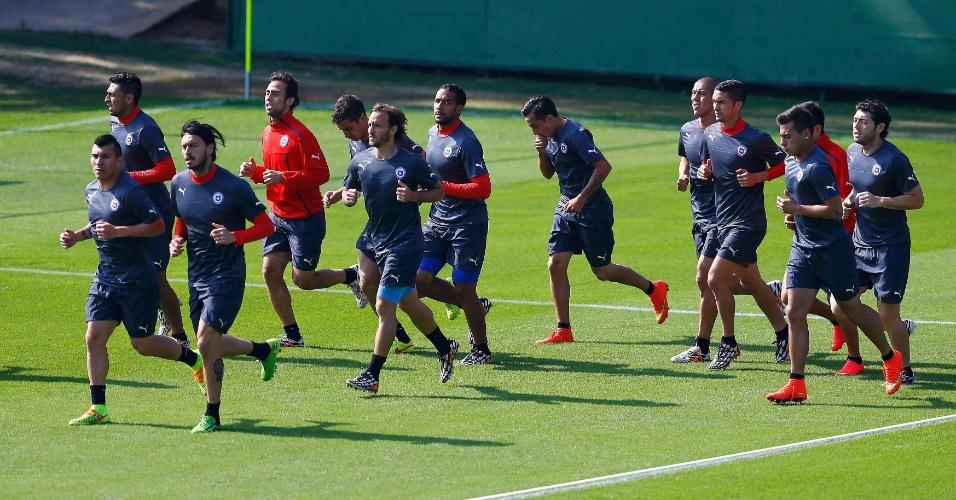 Jogadores do Chile, entre eles Valdivia (de vermelho), realizam treino no CT do Palmeiras